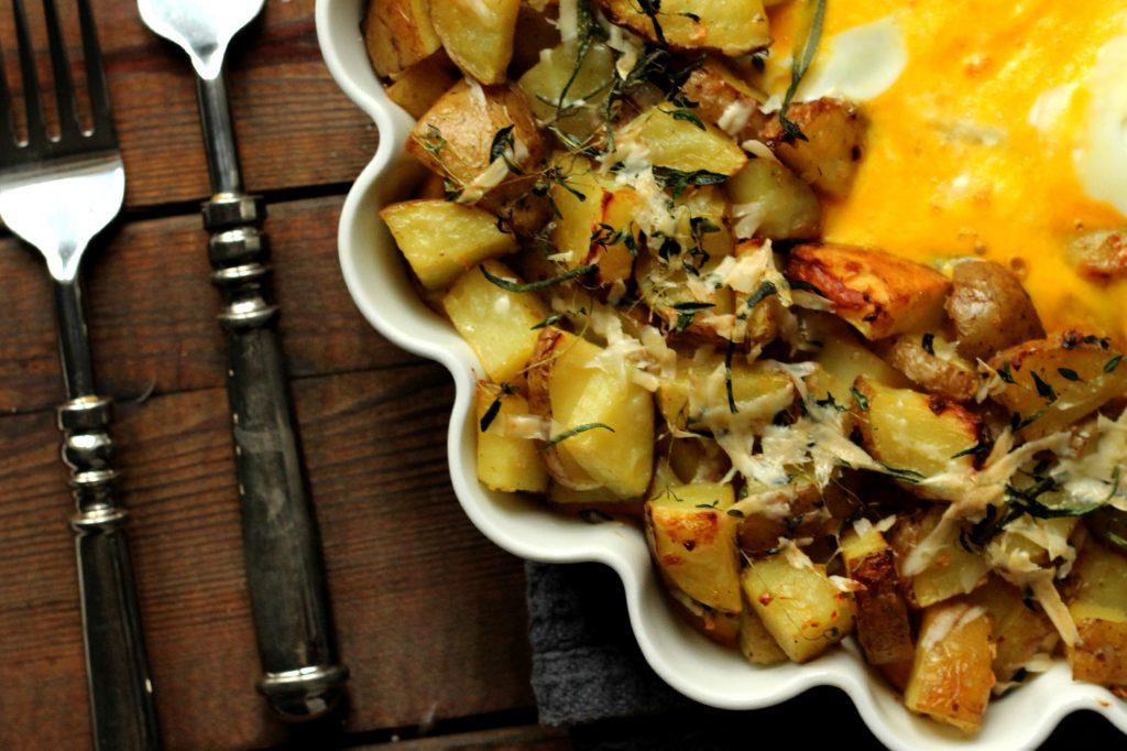 Poteter, egg, ost og urter.