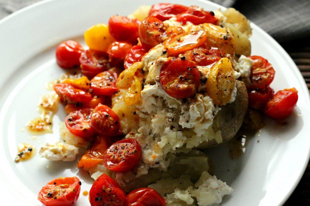 Bakt potet med ricotta og tomater