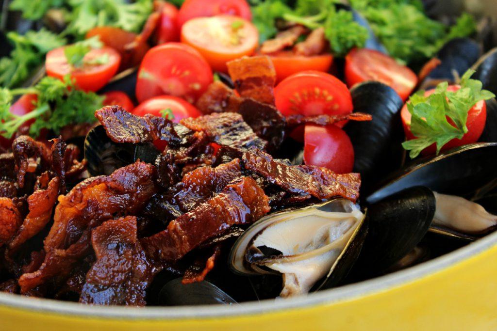 Blåskjell med honning og sprøstekt bacon.