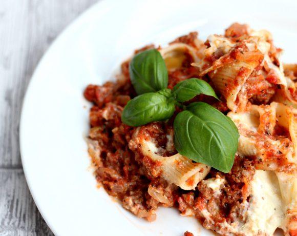 Fylte pastaskjell med kjøttsaus og basilikum
