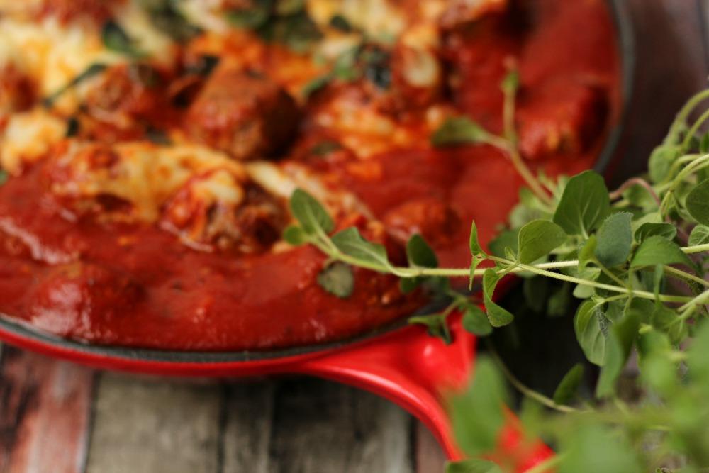 Gratinerte kjøttboller av lam i fyldig tomatsaus.