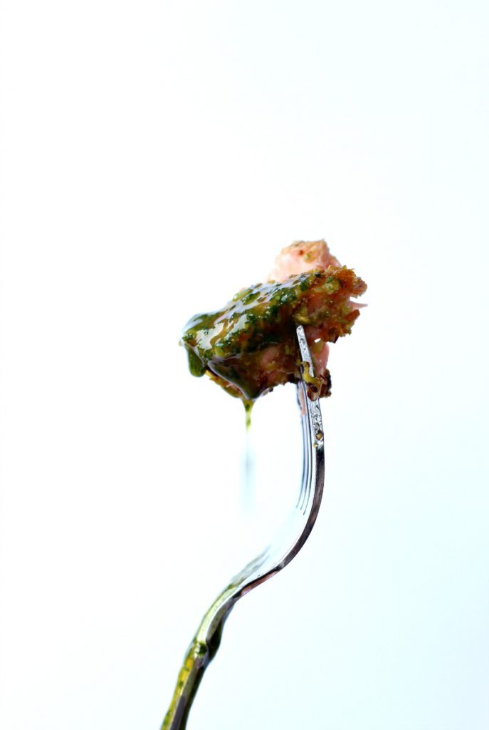 Laks med pistasjnøtter, parmesan og bulgur.