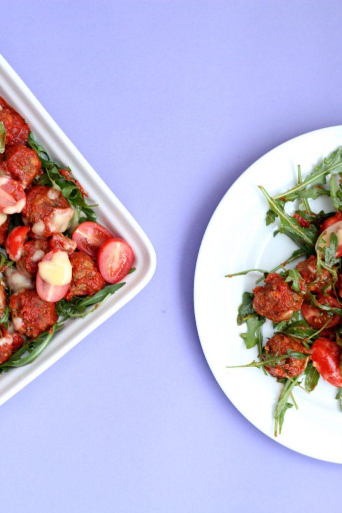 Marrokanske kjøttboller med ruccula og pitabrød.