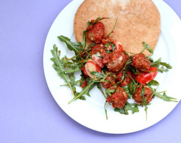 Marrokanske kjøttboller med ruccola og pitabrød