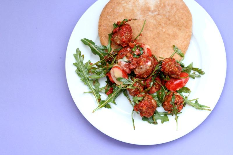 Marrokanske kjøttboller med ruccola og pitabrød.