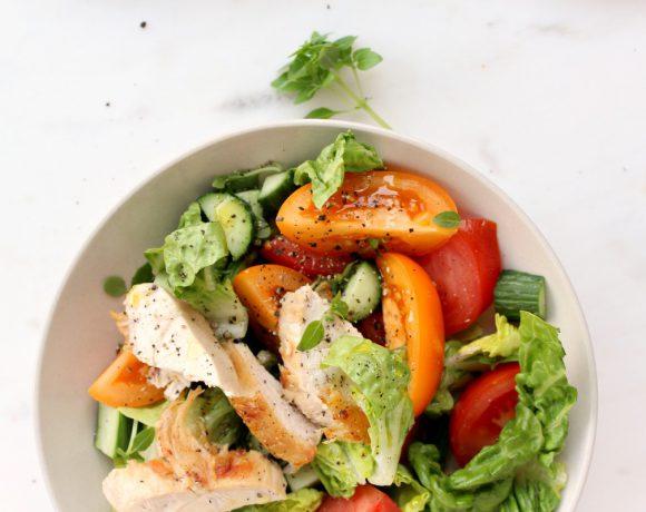 Sommersalat med økologisk kylling og tomater