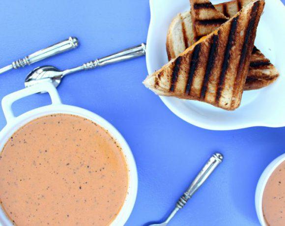 Røkt tomatsuppe med bourbon og cheddar grilled cheese