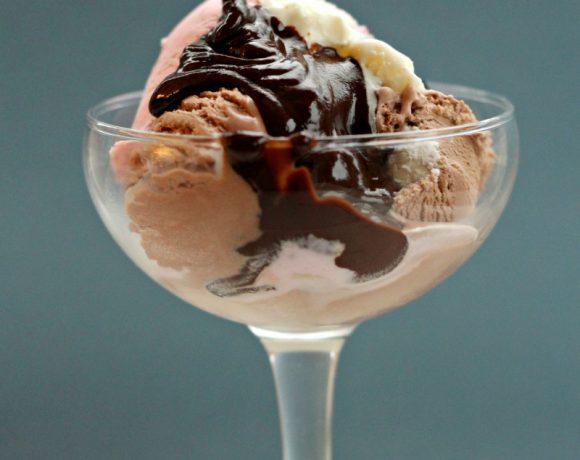 Karamell- og sjokoladesaus (som blir til fudge i kontakt med is)