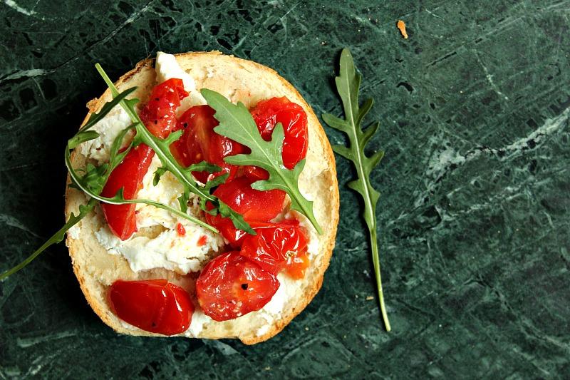 ovnsbakt-fetaost-tomater-ruccula