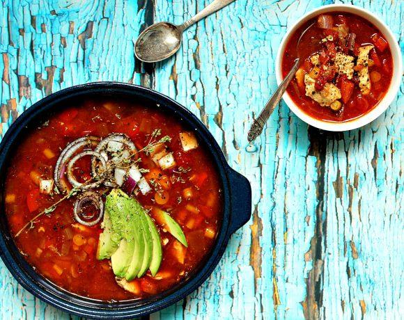 Kyllingsuppe med cascabel-chili og sommerens grønnsaker