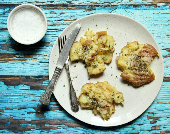 Knuste poteter med parmesan og hvitløkssmør