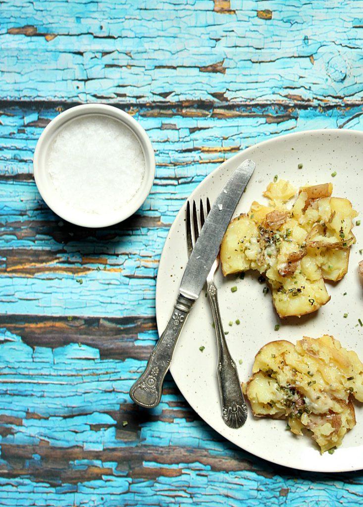knuste-poteter-parmesan-hvitlok-gresslok