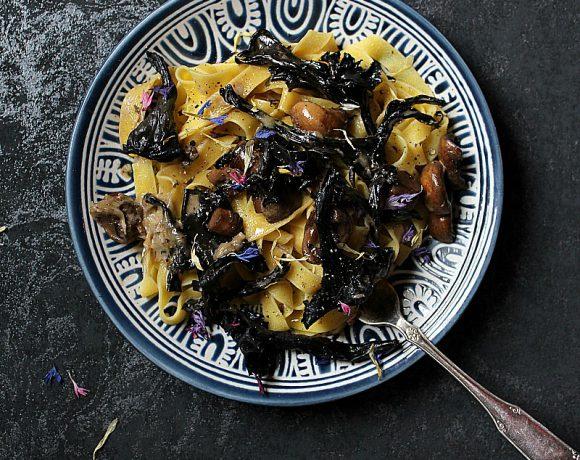 Tagliatelle med svart trompetsopp og parmesansaus