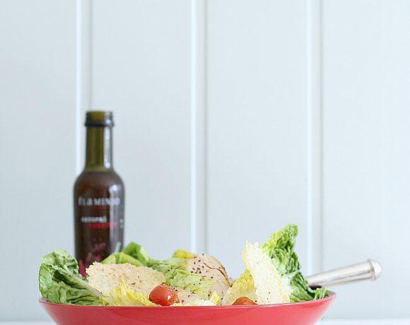 Kyllingsalat med parmesanchips og chiliolje