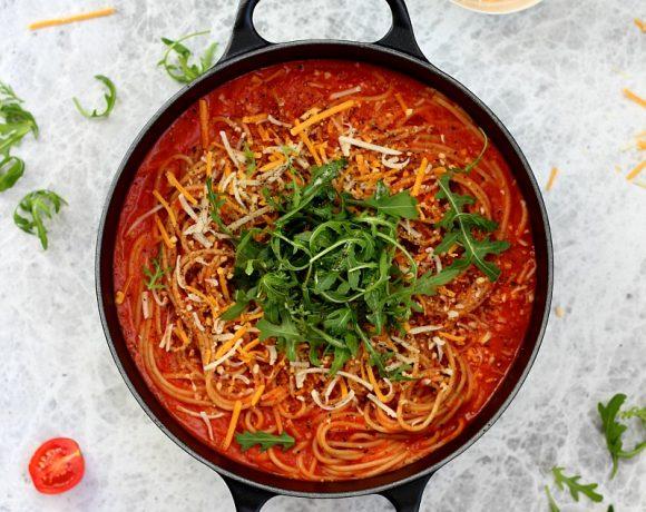 Spaghetti med tomat- og paprikasaus