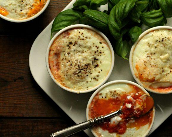 Bakte egg med tomatsaus, ost og basilikum