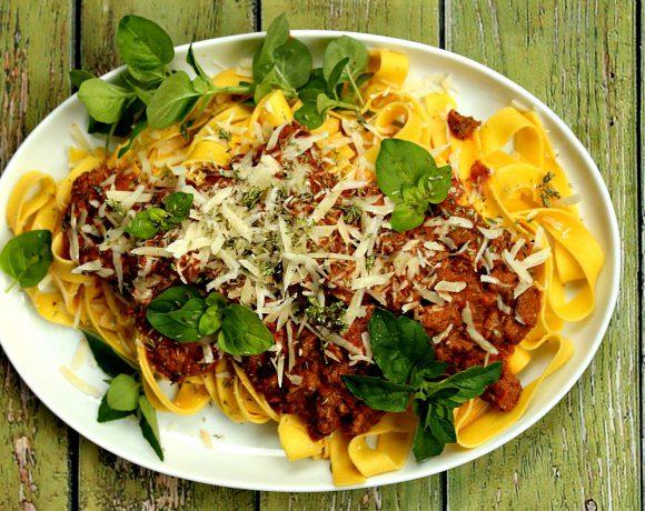 Pasta med saus av soltørkede tomater, løpstikke og basilikum