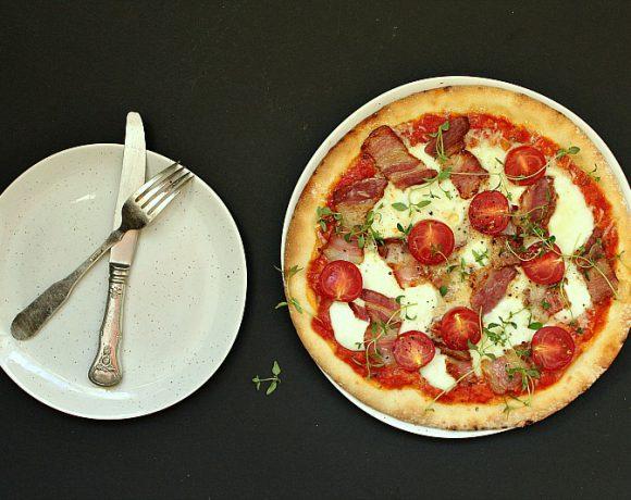 Hjemmelaget pizza med bacon, tomater og timian
