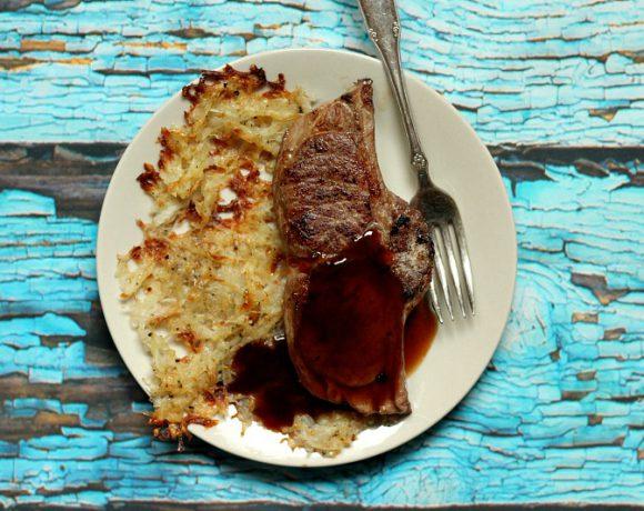 Ovnsbakte røstipoteter med lammekoteletter og rødvinssaus